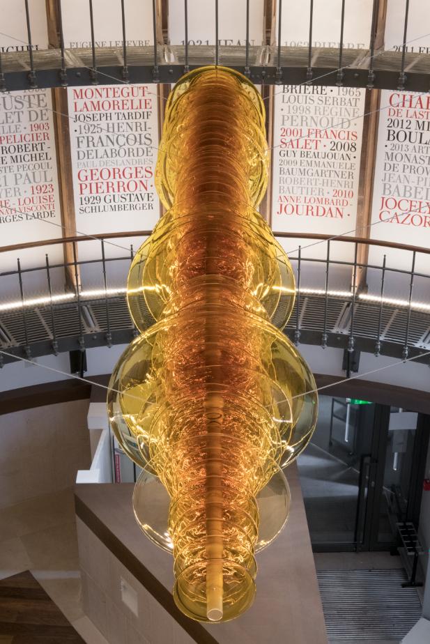 L'œuvre Gravity Ripples ENC, installée dans le hall d'accueil de la bibliothèque