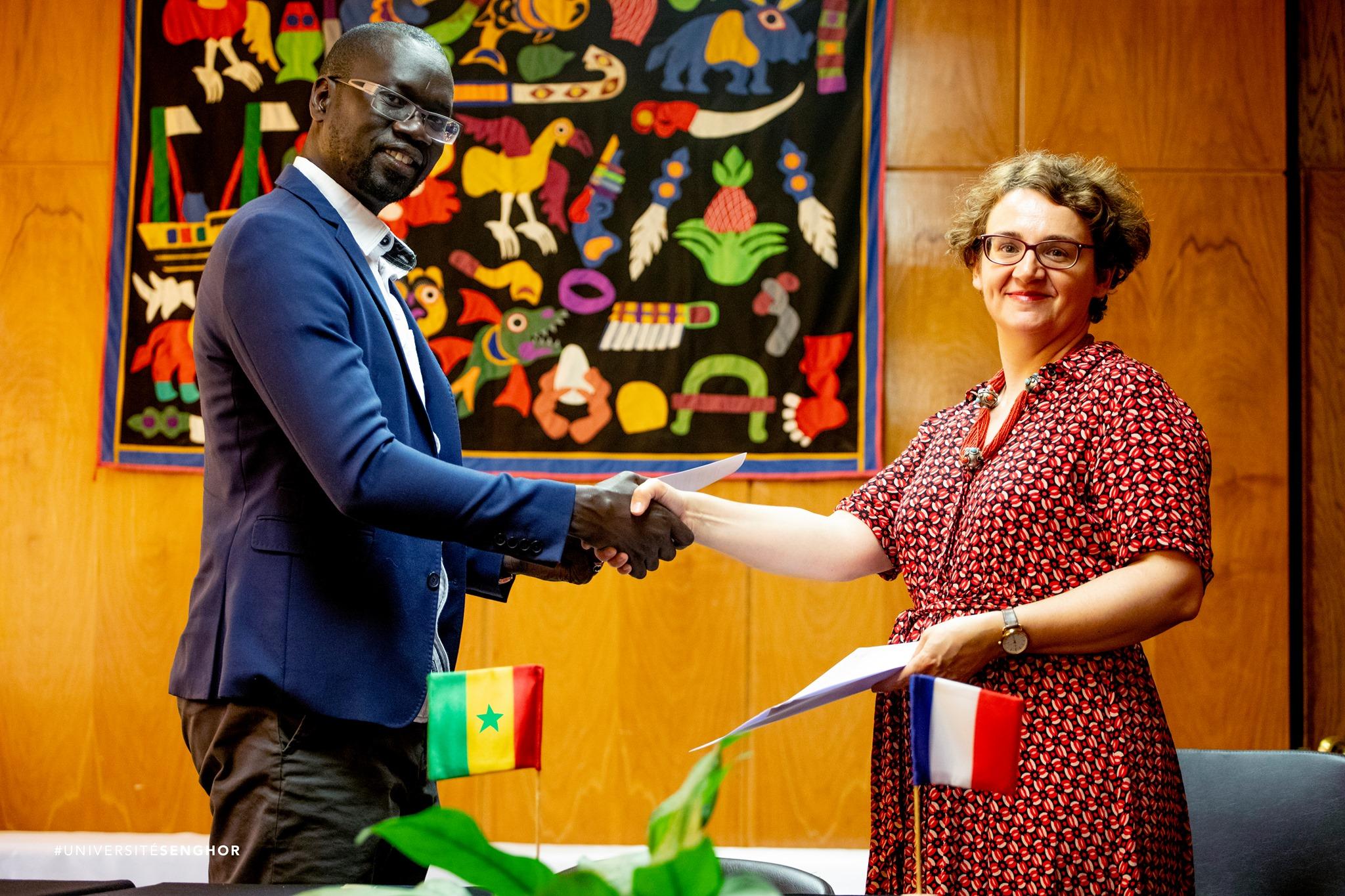 Michelle Bubenicek, directrice de l'École, et Moustapha Mbengue, directeur de l'EBAD, signent un accord-cadre entre leurs établissements