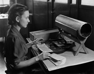 Une femme compile le recensement des États-Unis à l'aide d'un pantographe Hollerith (vers 1940)