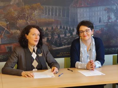 Une convention cadre entre l'École et l'association Archivistes sans frontières est signée par Christine Martinez et Michelle Bubenicek, le 6 mars 2020