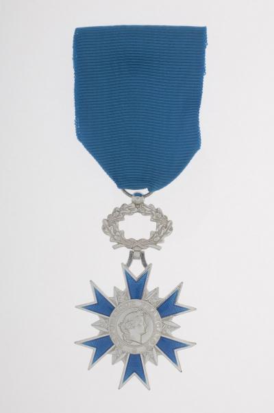 Insigne de l'ordre national du Mérite Avers © ECPAD