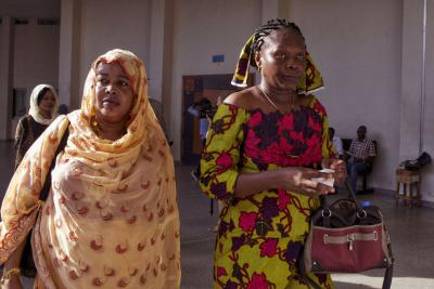 Haoua Brahim (à gauche) et Rachel Mouaba, victimes d'Hissène Habré, arrivent au tribunal à Dakar, le 7 septembre