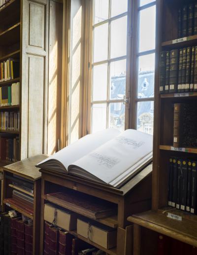 Couloir du troisième étage, meubles pour les grands folios