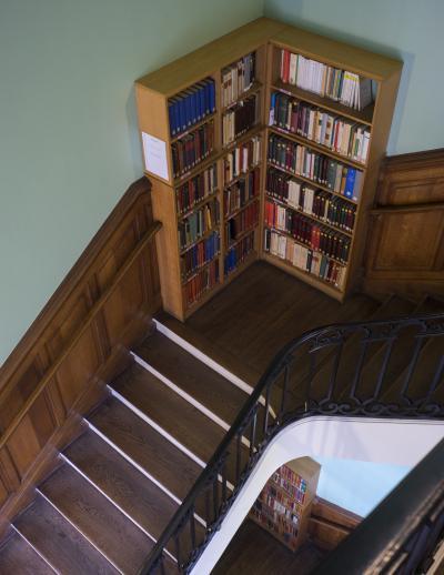 Rayonnages de la bibliothèque dans les escaliers