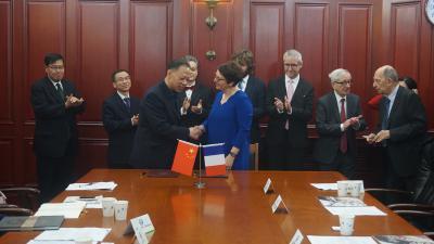 Poignée de main entre Michelle Bubenicek et le Professeur Li Fei à la suite de la signature de l'accord entre les deux établissements (5 mars 2019)