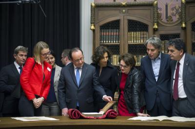Le président de la République découvre certaines pièces remarquables conservées à la bibliothèque de l'École (Rotonde Henri-Jean Martin)