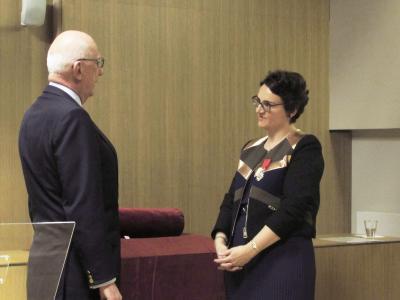 Michelle Bubenicek (prom. 1994) reçoit les insignes de chevalier de la Légion d'honneur