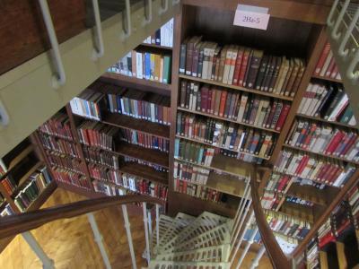 Rayonnages de la bibliothèque de l'École des chartes