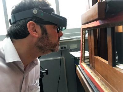 Marc Smith examine les cadres du Metropolitan Museum