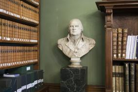 Le buste de Louis XVIII dans le bureau du directeur