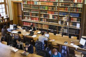 Une salle de lecture de la bibliothèque