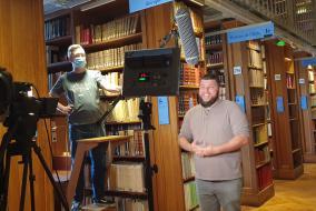 Tournage avec Benjamin Brillaud dans la bibliothèque