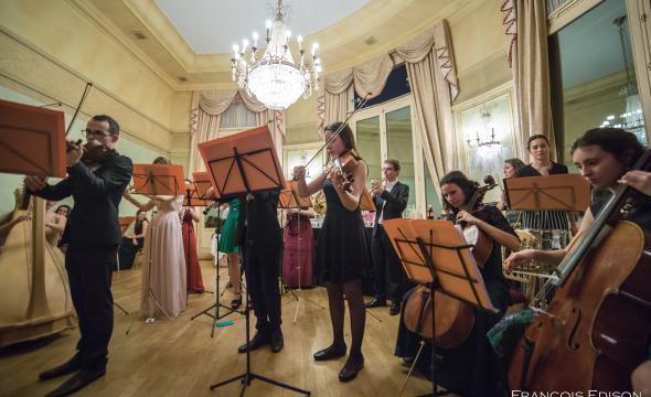 L'orchestre, composé de membres de l'Université PSL, anime la soirée du bal