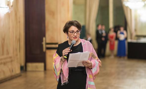 Ouverture du bal par un discours de Michelle Bubenicek, directrice de l'École