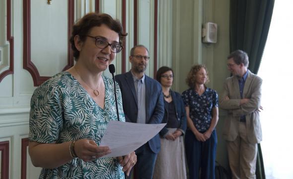 Michelle Bubenicek proclame les noms des archivistes paléographes de la promotion 2018