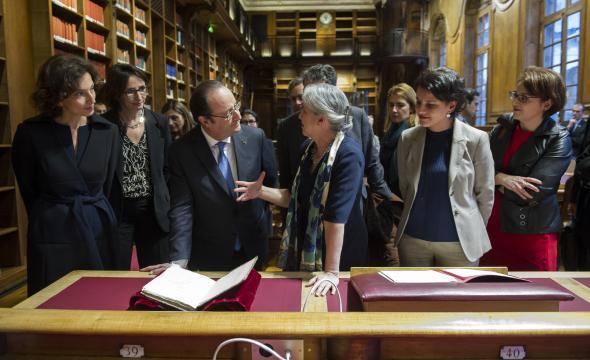 Le président de la République en salle de lecture des manuscrits accueilli par Isabelle Le Masne de Chermont (prom. 1985)