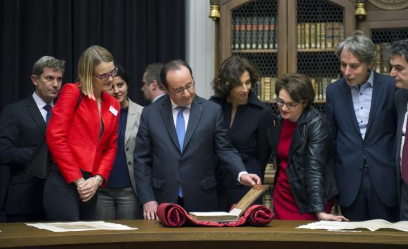 Le président de la République découvre certaines pièces remarquables conservées à la bibliothèque de l'École (Rotonde Voltaire)
