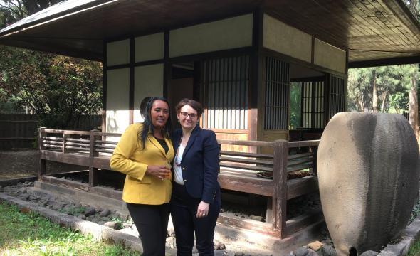 Michelle Bubenicek avec Workinesh Birru, secrétaire d'État en charge des palais nationaux d'Éthiopie, dans le «Jardin japonais» du palais national (Addis-Abeba)