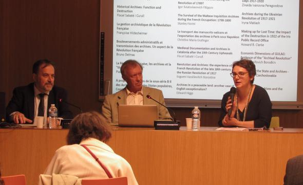 Flocel Sabaté, Igor Filippov et Michelle Bubenicek lors de la conférence «Archives et mémoricide: que reste-t-il aux historiens?»