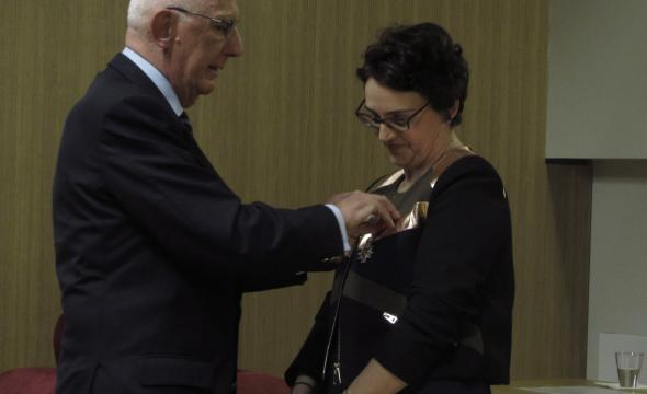 Michel Zink remet les insignes de chevalier de la Légion d'honneur à Michelle Bubenicek