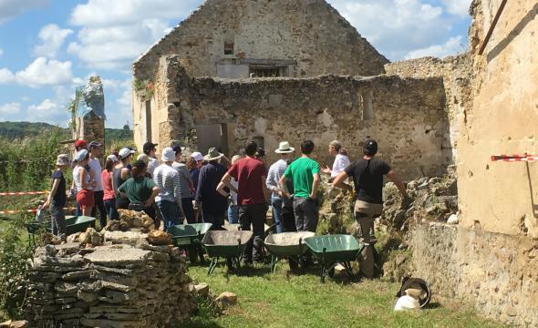 Les élèves contribuent aux fouilles du chantier-école de la ferme d'Ithe