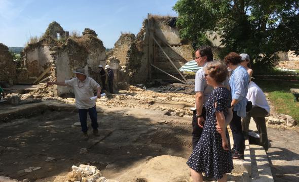Michelle Bubenicek, directrice de l'École, et Nathan Schlanger, professeur d'Archéologie à l'École, visitent le chantier-école de la ferme d'Ithe