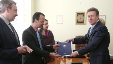 Monsieur Evgeny Ivakhnenko remet à Monsieur Édouard Bouyé la convention tripartite