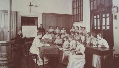 Photographie d'une classe de sages-femmes à la fin du XIXe siècle